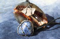 AMULET S KŘIŠŤÁLEM A SODALITEM - cínovaný šperk