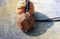 PLOCHY :) ořechové dřevo na cínovaném závěsu