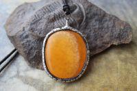 VELKÁ KALCITOVÁ PLACKA - cínovaný šperk s minerálem