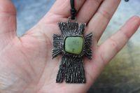 KŘÍŽEK - cínovaný šperk s nefritem